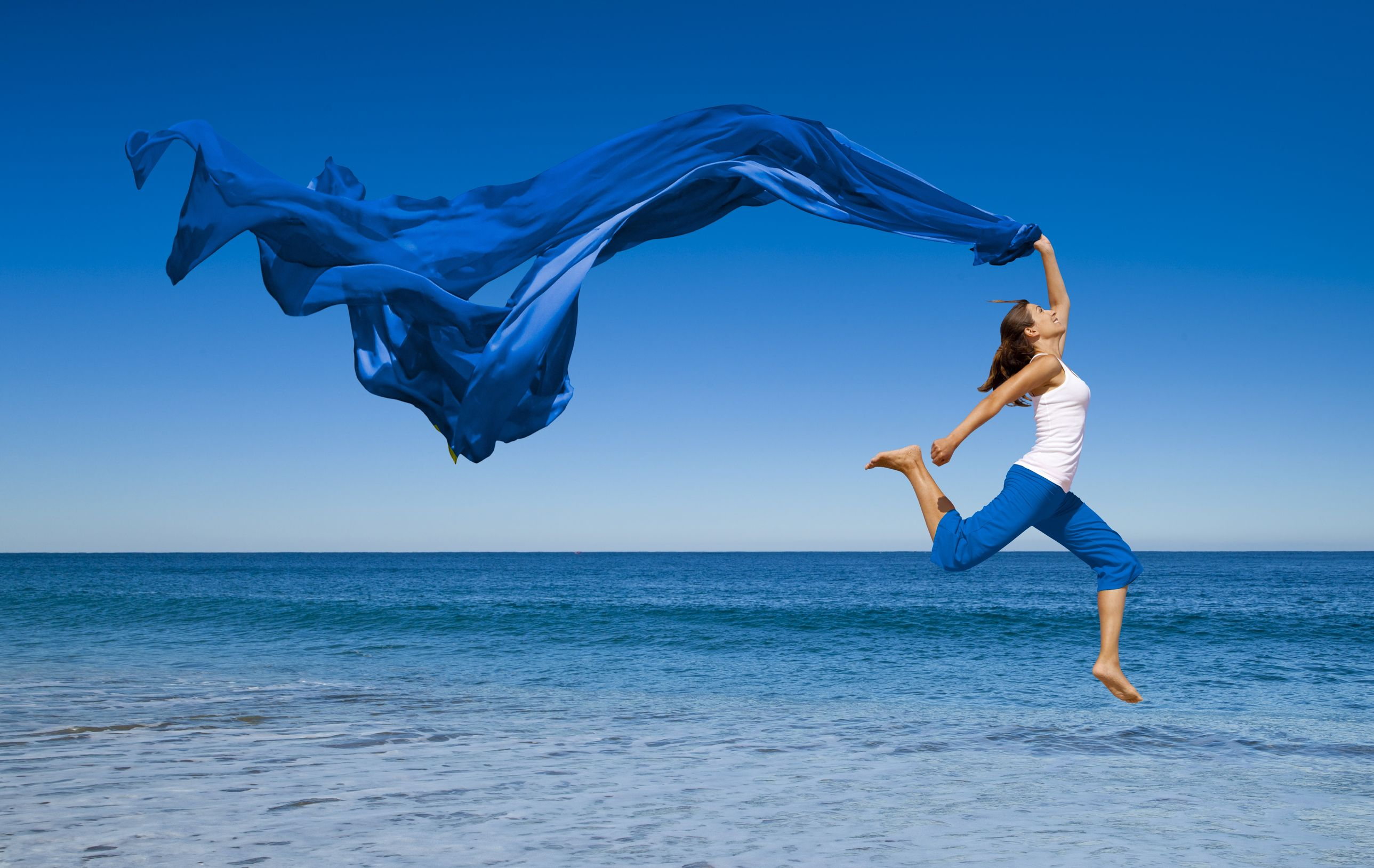 Women-jumping-at-the-beach